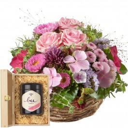 Un panier plein de fleurs délicates avec du miel de fleurs s, Un panier plein de fleurs délicates avec du miel de fleurs s