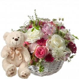 Une corbeille pleine de poésie avec des roses et ours en pel, Une corbeille pleine de poésie avec des roses et ours en pel
