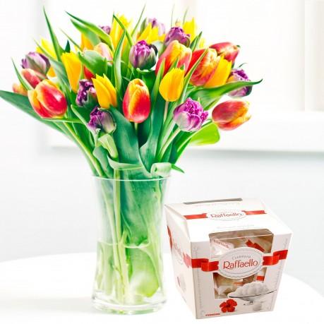 Ramo de tulipanes de temporada  con chocolates Raffaello, Ramo de tulipanes de temporada  con chocolates Raffaello