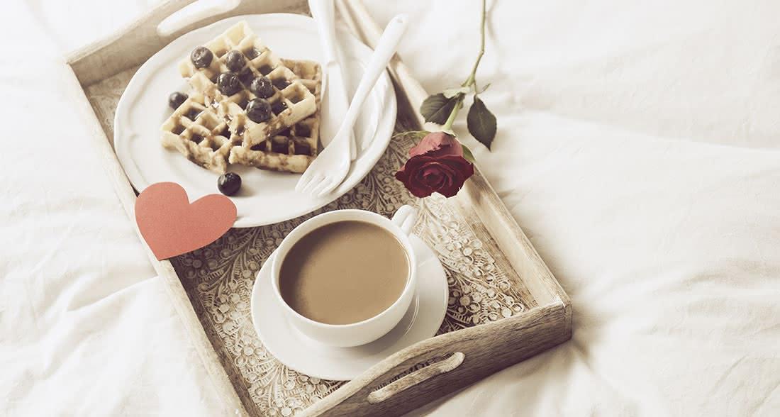 Pequeno-almoço na cama e uma rosa vermelha no São Valentim