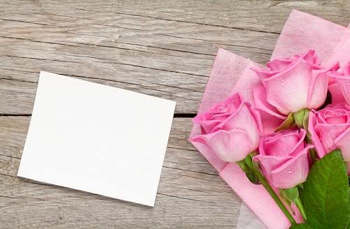 Ramos de flores com uma mensagem para agradecer a mulheres