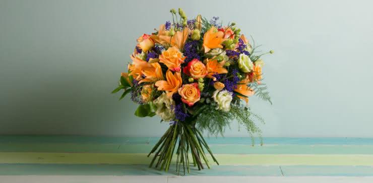 Enviar arranjo de rosas e liliums em tons de laranja ao domicílio