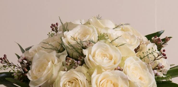 Enviar arranjo de rosas brancas ao domicílio