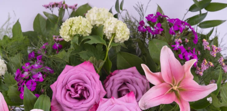 Enviar uma cesta com rosas e liliums ao domicílio