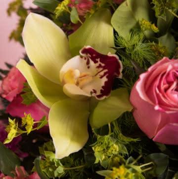 Arranjo com rosas e orquídeas
